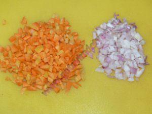 Режем лук и морковь в суп с яйцом детям