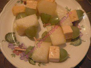Детские канапе с сыром на шпажках