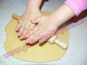 Раскатываем тесто на печенье для детей