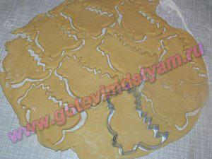Вырезаем формочкой печенье для детей