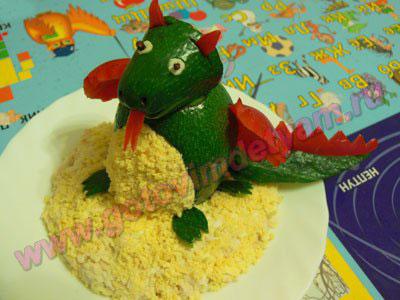 Салат в форме дракона для детей